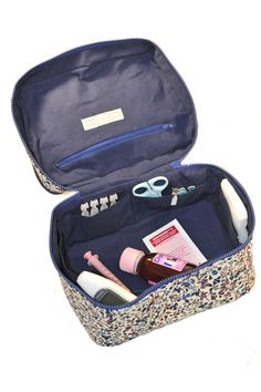 Vanity Toiletry bag – sewing pattern from L'Atelier des Gourdes - Modern Toilet Accessories, Sewing Accessories, Bag Patterns To Sew, Sewing Patterns, Sewing Ideas, Plastic Canvas, Bag Sewing, Sewing Online, Diy Sac