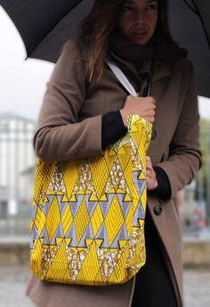 Le tote bag Nlongkak sous la pluie de Paris.