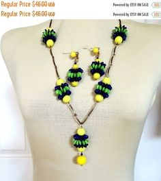 ❘❘❙❙❚❚ ON SALE ❚❚❙❙❘❘     This is an outstanding Glass Beads Necklace and Earrings Set with Lucite Yellow, Green and Blue #Vintage Awesome!   This fabulous necklace measures... #vintage #jewelry #ecochic #vogueteam ➡️ http://jto.li/c9yLh