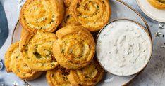 Fokhagymás-sajtos csiga zöldfűszeres tejföllel recept képpel. Hozzávalók és az elkészítés részletes leírása. A Fokhagymás-sajtos csiga zöldfűszeres tejföllel elkészítési ideje: 60 perc Lidl, Hummus, Shrimp, Cake Recipes, Sandwiches, Meat, Ethnic Recipes, Food, Easy Cake Recipes