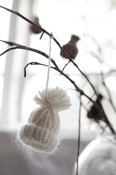 Christmas DIY decoration with Panduro and Trendenser. Miniature knitted caps made of yarn.