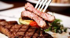 Τι πάει να πει καλοψημένο κρέας το έχουμε αναλύσει. Σήμερα, θα μάθουμε το κόλπο για να απολαύσετε την πιο μαλακή και ζουμερή μπριζόλα που έχετε φάει ποτέ. Sausage, Steak, Food, Tips, Gastronomia, Sausages, Essen, Steaks, Meals