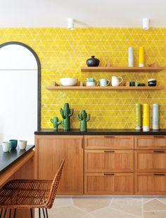 Cozinha Amarela: 60 Ideias De Decoração, Fotos E Projetos Yellow kitchen wall tiles. Yellow Kitchen Designs, Yellow Kitchen Walls, Accent Wall In Kitchen, Kitchen Colors, Yellow Kitchen Tile Ideas, Yellow Walls, Yellow Kitchens, Kitchen Ideas Color, Yellow Cabinets