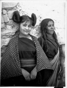 This is a Hopi Grandmother ( so'o)and Granddaughter in the Post . This tho is a Hopi Mother( yu ('at) and Daughter in the village of Oraibi, 1901 Pueblo Native Americans, Traditional Hairstyle, Family Roots, Portraits, Major Events, Native American Women, Summer Solstice, Star Wars Characters, Embedded Image Permalink
