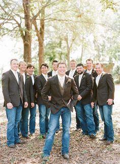 Padrinos de boda visten botas vaqueras, jeans y chaquetas para una boda country casual y relajada fotografiada por Austin Gros