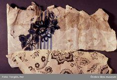 Bilden pupliserades i årsboken, BOB 1998 (Estrid Esbjörnsons artikel).  Ett exempel på dåtida återanvändning av tapeter i ett av rummen i Rockesholm. En på lumppapp målad och tryckt tapet med blommönster från 1700-talet togs ner, vändes med baksidan utåt- och mönstret inåt  vid mitten av 1800-talet och användes som underlag för att klistra på en ny tapet med bruna, tryckta blommor.