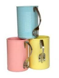 tazas  hechas de latas y un tenedor reciclados
