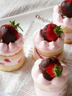 ChicDecó | Strawberry mousse cakes with dipped chocolate strawberries