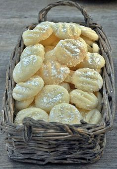 Schneeflöckchen Rezept - die vielleicht zartesten Kekse der Welt Snowflakes are probably the most delicate cookies in the world - and not just for Chr Baking Recipes, Cookie Recipes, Snack Recipes, Snacks, Christmas Biscuits, Christmas Baking, Christmas Cookies, Christmas Recipes, Christmas Tree