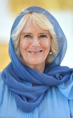 Camilla, Duchess of Cornwall covered her hair with a delicate blue headscarf as she visits the Grand Mosque on the first day of a Royal tour of the UAE on November 2016 in in Abu Dhabi English Legends, Camilla Duchess Of Cornwall, Camilla Parker Bowles, Prince Of Wales, Lady Diana, Duke And Duchess, Famous Faces, British Royals, Her Hair