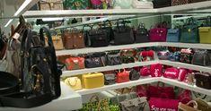 Kylie nos da un tour por su closet de bolsos.