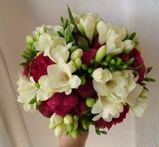 pünkösdi rózsa, frézia 30 szálas menyasszonyi csokor - esküvő virág