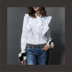 A camisa é uma peça coringa, versátil e atemporal! Inspiração do dia: modelo sofisticado com jabô, amarrações e aplicações removíveis nos punhos. Combine com alfaiataria ou jeans e dê um toque de sofisticação para o seu dia a dia.😉    Camisa:: 11711147  Calça::1171053    #SoulRS #BeYourself #inverno2017 #reginasalomao #NewCollection #streetstyle #alfaiataria #camisa #denim #bluejeans #jeans #fashiontrend