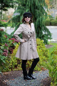 Truque para enfrentar dias chuvosos com estilo: trench coat, boina e galocha