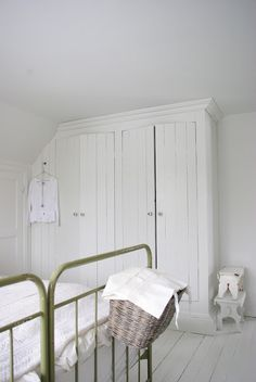 Fröken Knopp- Cottage bedroom white and green. Room, Interior, Home, Room Shelves, Built In Wardrobe, Built In Cupboards, Build A Closet, Interior Design, Cottage Bedroom