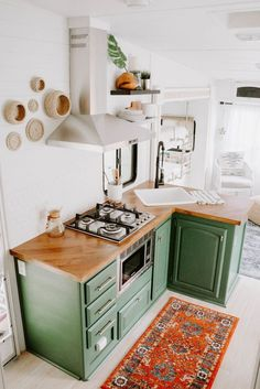 Home refurbishment can completely give a facelift to an otherwise old-looking house. Best Secrets Home Renovation Remodel Your Living Space Ideas. Tiny Living, Living Spaces, Kitchen Dining, Kitchen Decor, Green Kitchen, 10x10 Kitchen, Cozy Kitchen, Home Design, Interior Design