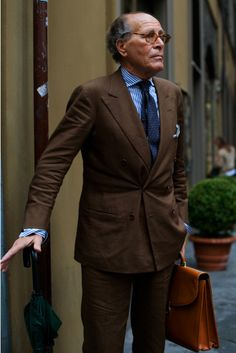 "sartorialdoctrine: ""An oldie but a goodie, I really need to get myself a brown summer suit! Photo source: The Sartorialist. The Sartorialist, Blue Summer Suit, Summer Suits, Costume En Lin, Mode Costume, Gentleman Mode, Gentleman Style, Suit Fashion, Mens Fashion"