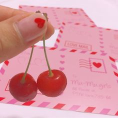 💌🍒📮❤️ Mu-Muからかわいい封筒で ポストカードが届きました💌 Pink × Redがとにかくかわいくて #佐藤錦 と一緒に撮ってみた🍒💖 爪もポストカードと同じ赤いハート❤️ #mu_mu #LOVEMAIL #loveletter #postcard #instapink #instacute #pink #cherry #nail #selfnail #heart #ラブレター #ポストカード #ピンク #チェリー #さくらんぼ #ネイル #セルフネイル #ハート #🍒 #💌 #💅🏻