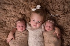 Laying down sibling with twin sisters Newborn Twin Photos, Newborn Family Pictures, Newborn Twin Photography, Newborn Sibling, Sibling Photography, Baby Girl Photos, Newborn Posing, Newborn Shoot, Baby Outfits Newborn