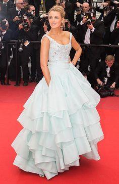 Blake Lively La actriz pisó la alfombra convertida en toda una princesa Disney con este vestido de Alta Costura de Vivienne Westwood. Un diseño azul pastel con corpiño bordado y falda con varias capas de volantes.