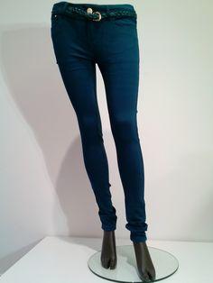 Katoenen broek, nauw aansluitend (skinny) van R.Display, in warme wintertint petrol. Inclusief (gratis) riem.  Lage taille!