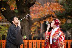 日本人だもの、一度は和装して写真に残したい♪とお考えの方、多いのではないでしょうか?? フォトアイテムは洋装に合わせやすいものが多い印象がありますが、和装でも素敵に使いたい! 和装の写真撮影で使える、はんなり和風のアイテムをご紹介☆ 和装での前撮りにぴったりの和風小物ってこんなにあるんです♡  出典:http://kkrhotelkanazawa.gr.jp 日本人だもの、一度は和装したい♡ 挙式はウェディングドレスでも、お色直しや前撮りで和装を選ぶ方は多いと思います ウェディングドレスに合わせやすいフォトアイテムは豊富で和装でも取り入れやすいものもありますが、和装だからこそ使えるアイテムって?? 定番から新しいもの、懐かしいものまで、使えるアイテム探してみました! 『蛇の目(じゃのめ)傘』  出典:http://2kiki.com まずは外せないアイテム、蛇の目傘  出典:http://withonline.jp 様々な色や柄があるので着物とのコーディネートが楽しめます  出典:http://onestyle.co.jp 着物の柄を引き立たせてくれるシンプルなワンカラー…