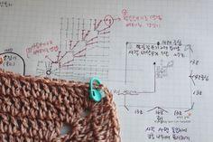 Best 9 Bolsa en crochet casual (Patrón) – SkillOfKing.Com It Bag, Love Crochet, Easy Crochet, Knit Crochet, Knitting Patterns Free, Crochet Patterns, Plastic Bag Crochet, Granny Square Bag, Crochet Clutch