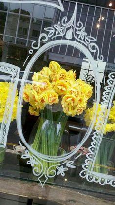 Florist Window Display, Spring Window Display, Window Display Retail, Window Signs, Window Art, Window Ideas, Merci Boutique, Store Front Windows, Shop Windows