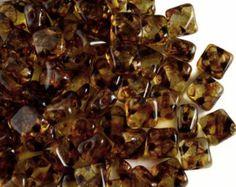 Nuevo perla de 2 agujeros, Cabujón de 6mm, idea original de Jocelyne DAversi. Color: Crystal Lila Vega Tamaño: 6mm Cantidad: 25 unidades Alta calidad de la República Checa