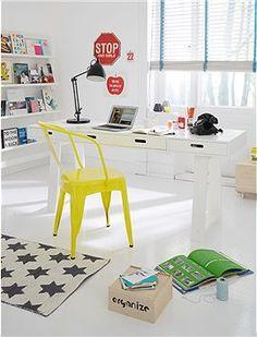 Praktischer, kompakter Arbeitstisch aus weiß lackiertem Holz mit vier praktischen Schubladen.