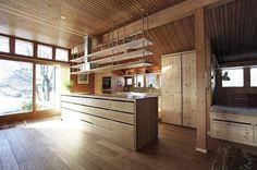 TO TRESORTER: Hele kjøkkenet var opprinnelig av furu. Denne gangen valgte huseieren eik på gulvet og i kjøkkenøya for å få variasjon.