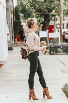 An easy guide on how to wear backpacks for ladies. You will see easy tips and tricks how to style this bag with your everyday clothes. Casual Fall Outfits, Fall Winter Outfits, Autumn Winter Fashion, Cute Outfits, Palm Springs Mini Backpack, Backpack Outfit, Fashion Nova Shoes, Booties Outfit, Ideias Fashion