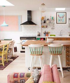 Os tons pastel enchem de vida este espaço em Londres. Repare que eles estão espalhados em pontos estratégicos, como o quadro rosa ao fundo e as ripas dos banquinhos. #revistacasaclaudia #decoração #decor #decoration #casa #house #home #homedecor #cores #colors #candycolors