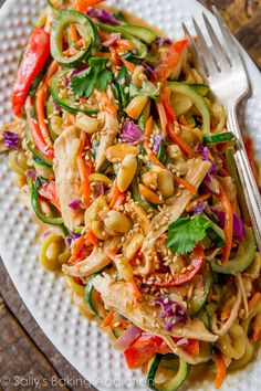 Easy Healthy Dinner: Peanut Chicken Zucchini Noodles - Sallys Baking Addiction-Peanut chicken zucchini noodles is an easy and healthy dinner with plenty of fresh vegetables, chicken, and a delicious peanut sauce! Zucchini Noodle Recipes, Zoodle Recipes, Spiralizer Recipes, Zucchini Spirals Recipes, Zucchini Dinner Recipes, Veggie Noodles, Zucchini Noodles, Chicken Noodles, Chicken Zucchini Pasta