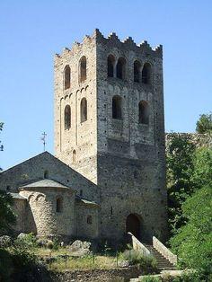 Abbaye de Saint-Martin du Canigou (France, Pyrénées-Orientales), fin du Xe siècle pour l'église inférieure; entre 1010 et 1020 pour l'église supérieur. Vue de la tour-porche et du chevet de l'abbatiale.
