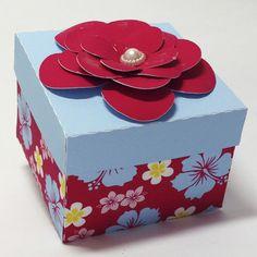 Kit Scrap Festa personalizada Havaiana confeccionado em papel fotográfico fosco 230grs  TEMPO MÍNIMO PARA PRODUÇÃO 45 DIAS  Cada kit contém:  - 1 caixinha chinelo 11x4,5x3cm  - 1 caixinha presente 5,8x4,8cm  - 1 caixinha bolsa 9,5x8,5x5,5cm  - 1 caixinha cone pirâmide 15x6cm    Obs. todas as caix...