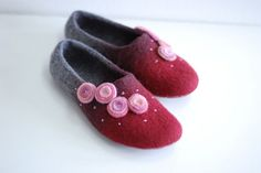 Wool slippers/ home shoes INA in wide red with pink от zavesfelt