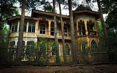 Stock image of 'abandoned house in the forest'