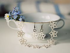 Handmade tatted jewelry set: necklace and earrings in vintage cream.