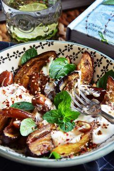rezept für salat aus ofengerösteten auberginen, datteln, joghurt, tahini & minze   luziapimpinella.com