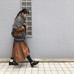 + Glen check Wool-gouze ──────────────────────── i c h i 2018 Fall Winter Osaka Exhibition - Vol. 01 ──────────────────────── 日が暮れてすこし肌寒くなってきた大阪です。 大阪展示会は、明日までになります。 写真は、後ろの裾が長くなったリネンのワンピースのインナーにニットを着てウールのグレンチェックのストールをプラスしたスタイル。Kyuca 新作のショルダーは、携帯とお財布が入る便利なサイズ感です。 #ichi_exhibition #ichi_clothes #イチ