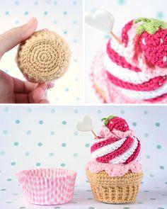Cupcake de crochet de nata y fresa. Con caja de regalo por I am a Mess. Crochet Cake, Crochet Diy, Crochet Food, Crochet Dolls, Amigurumi Patterns, Crochet Patterns, Food Patterns, Crochet Designs, Yarn Crafts
