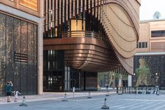 Arts and culture centre by Foster + Partners and Heatherwick Studio. New financial quarter on Shanghai's waterfront.