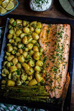 With fake salmon Vegetarian Recipes, Cooking Recipes, Healthy Recipes, Salmon Recipes, Fish Recipes, Fancy Dinner Recipes, Zeina, Snacks Für Party, Food Platters