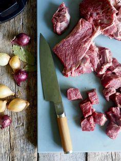 Langtidskokt oksegryte med gulrøtter, perleløk og sopp Kitchen Knives, Stew, Nom Nom, Bacon, Food Porn, Food And Drink, Cooking, Horn, Kitchen