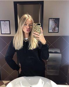 Butter Blonde Hair, Dyed Blonde Hair, Blonde Hair Looks, Hair Color Balayage, Hair Highlights, Hair Inspo, Hair Inspiration, Haircuts Straight Hair, Scarf Hairstyles