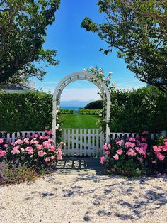 """Nantucket is truly heaven on earth! 🌸🐳🙌🏻🐳🌸Wishing you a happy Monday! Nantucket Cottage, Nantucket Island, Nantucket Style, Nantucket Decor, Nantucket Beach, White Cottage, Garden Cottage, Seaside Garden, Just Dream"