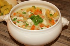 Frikassé er en norsk tradisjonsrett, vanligvis laget på lam eller høns. Bruker en kylling (filet) tar det mye kortere tid og det smaker fortsatt kjempe godt ;) Her har jeg laget en mager, næringsri… Soup, Ethnic Recipes, Soups
