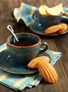 une tasse de café avec madeleines français