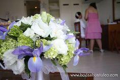 Ramo con detalles en tono lila, ideal para tu boda en playa por Bodas Huatulco